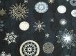 Látky Patchwork - Vánoční vločky na tmavě modré