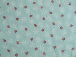 Látky Patchwork - Vánoční vločky na bledě modrém podkladu