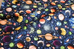 Látky Patchwork - Vesmír na tm. modrém podkladu