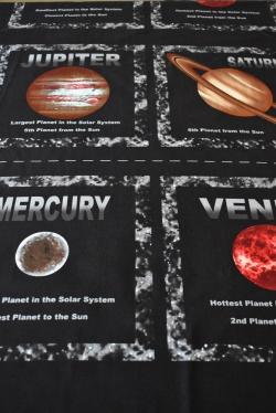 Látky Patchwork - Planety na černém podkladu