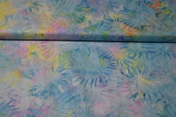 Látky Patchwork - Batika - květiny na světle modrém podkladu