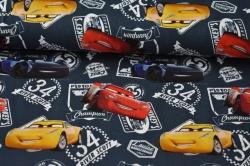 Látky Patchwork - Závodní auta na tm. modrém podkladu