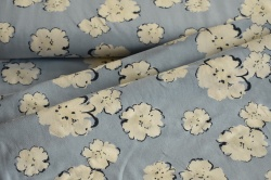 Látky Patchwork - Květy na světle modrém podkladu