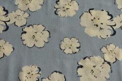 Látky Patchwork - Květy na světle modrém podkaldu