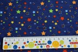Látky Patchwork - Barevné hvězdičky na tm. modrém podkladu