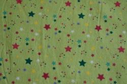 Látky Patchwork - Barevné hvězdičky na zeleném podkladu