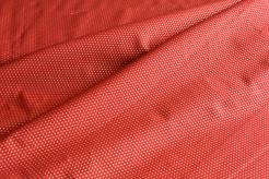 131502-5019 Zlaté tečky na červeném podkladu -