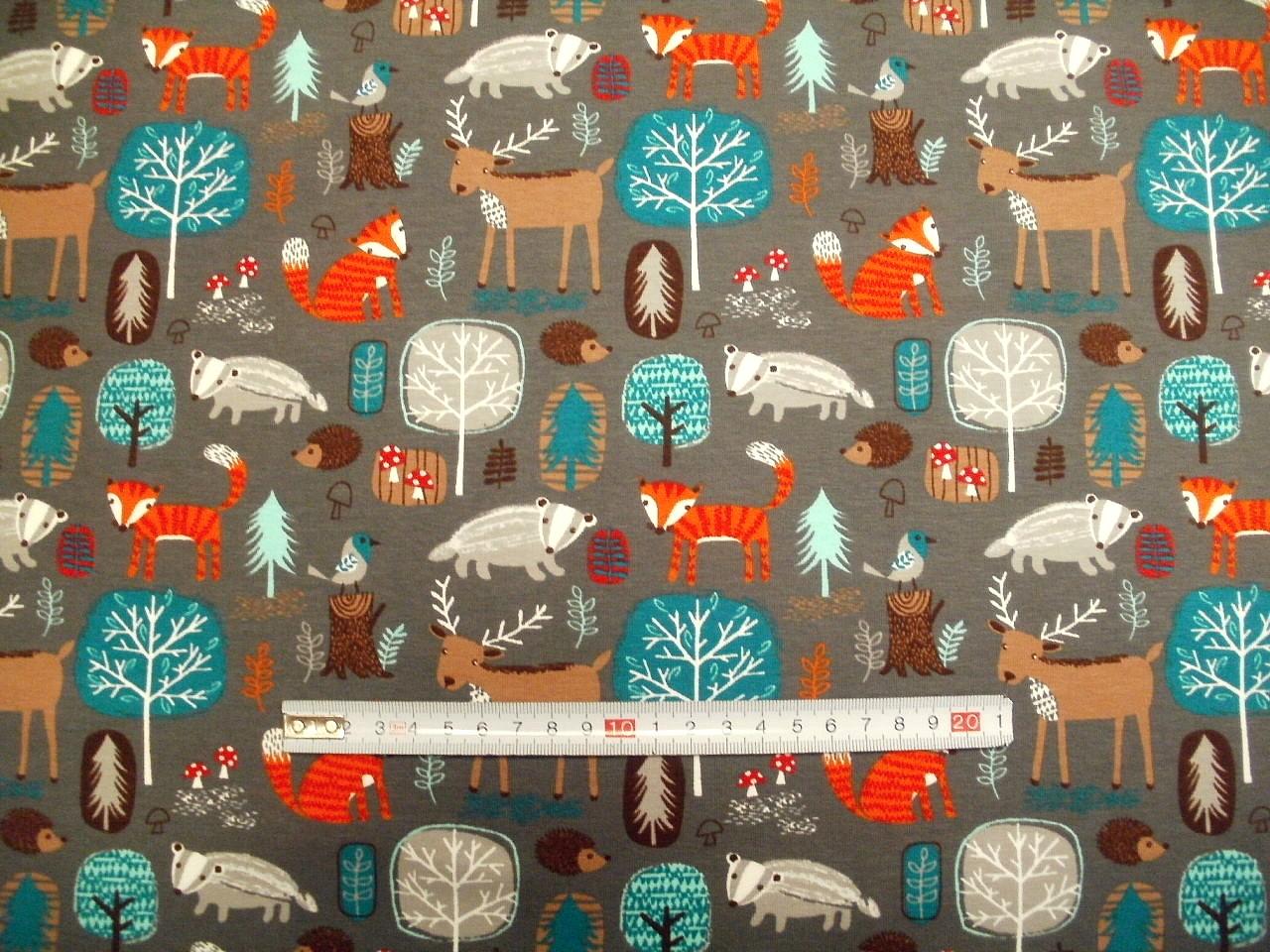 61a0b66a97f Látky Patchwork - JERSEY - lesní zvířatka na šedé